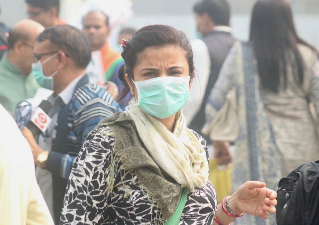 New Delhi: People wear masks amid rising pollution levels in New Delhi on Nov 9, 2017. With no improvement in the air quality, Delhi-NCR continued to breathe toxins for the third consecutive day, as major pollutants across all monitoring stations in