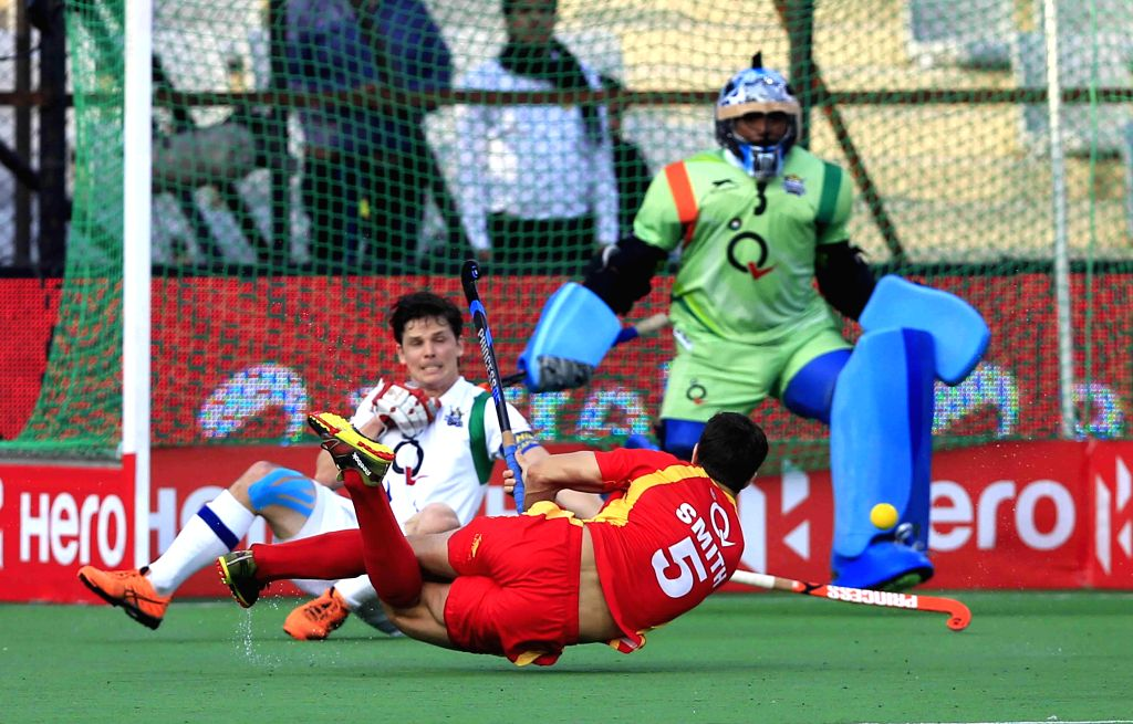 Players in action during a Hockey India League first semi-final match between Uttar Pradesh Wizards and Ranchi Rays in New Delhi, on Feb 21, 2015. Ranchi Rays wins. (Photo : IANS)