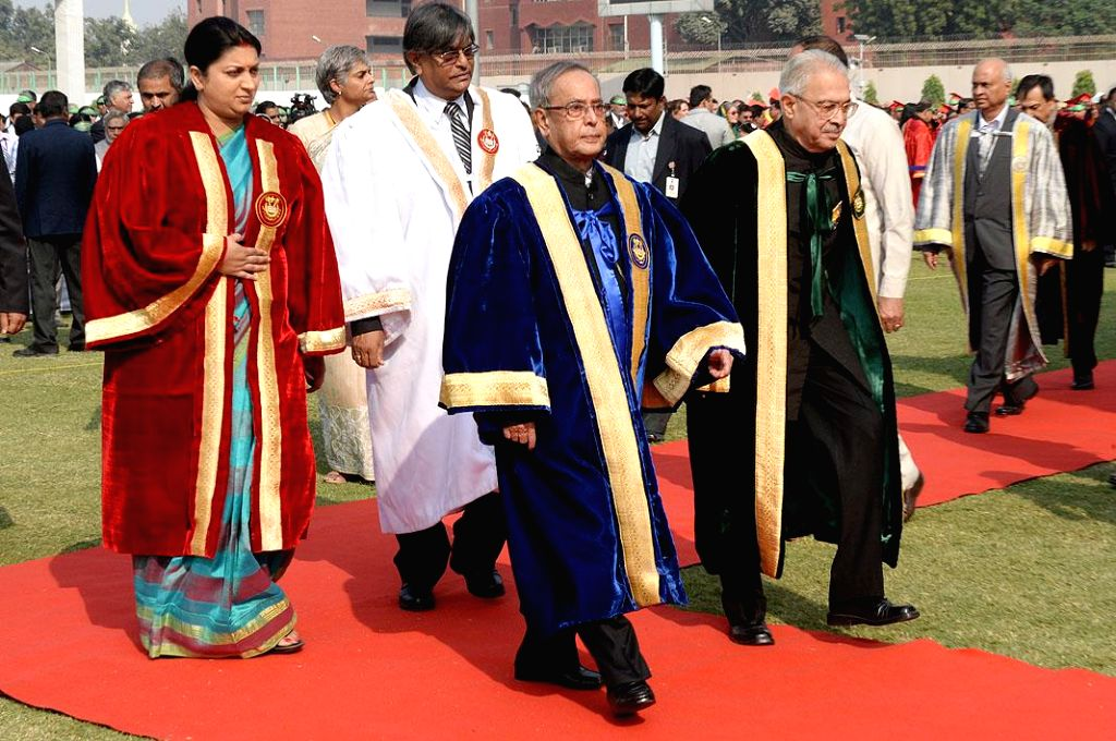 President Pranab Mukherjee and the Union Minister for Human Resource Development Smriti Irani arrive to attend the  Annual Convocation of Jamia Millia Islamia, in New Delhi on Nov 17, ... - Pranab Mukherjee