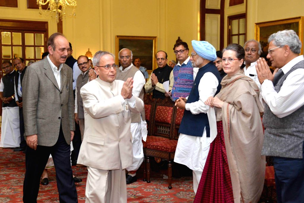 President Pranab Mukherjee meets the leaders who arrived at Rashtrapati Bhawan  in New Delhi, on March 17, 2015. Also seen Sonia Gandhi, former prime minister Manmohan Singh, CPI(M) leader ... - Manmohan Singh, Sitaram Yechury, Pranab Mukherjee and Sonia Gandhi