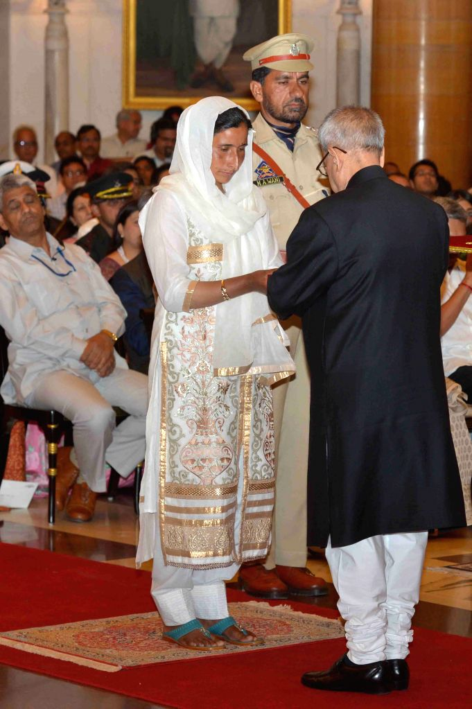 President Pranab Mukherjee presenting the Shaurya Chakra at the Defence Investiture Ceremony–II, at Rashtrapati Bhavan, in New  Delhi on April 26, 2015. - Pranab Mukherjee