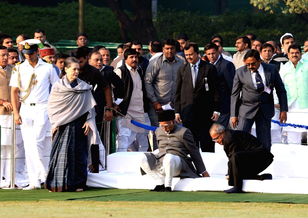 President Pranab Mukherjee with Vice-President Mohammad Hamid Ansari, Congress chief Sonia Gandhi and others during a programme organised to pay tribute to former prime minister of India .. - Pranab Mukherjee and Sonia Gandhi