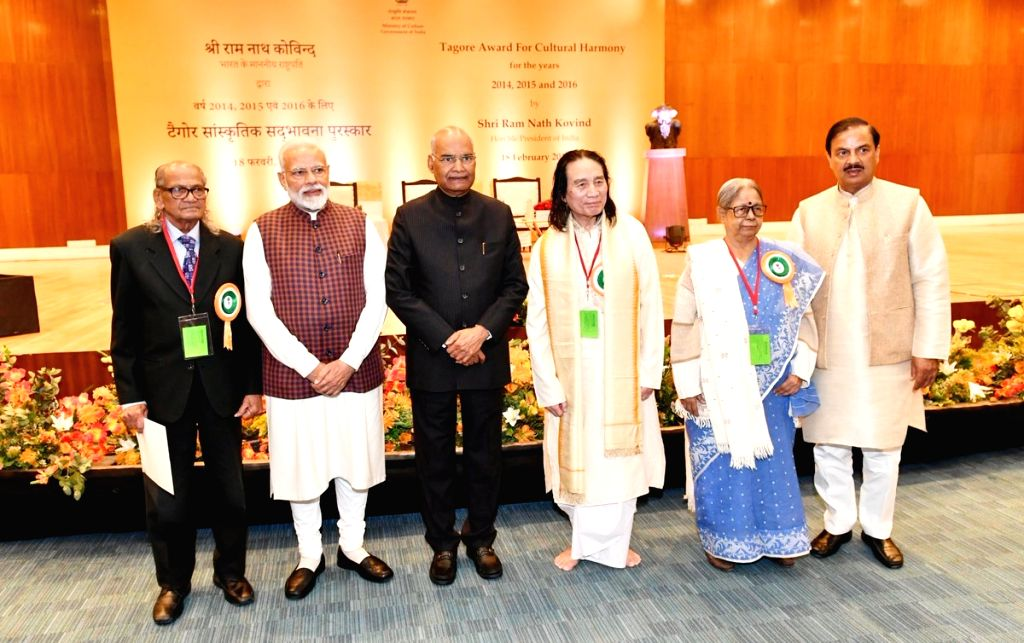 New Delhi: President Ram Nath Kovind, Prime Minister Narendra Modi and Union Culture Minister Mahesh Sharma with the awardees of Tagore Award for Cultural Harmony for the years 2014, 2015 and 2016; in New Delhi, on Feb 18, 2019. (Photo: IANS/PIB) - Narendra Modi, Nath Kovind and Mahesh Sharma