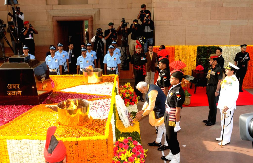 Prime Minister Narendra Modi lays wreath at Amar Jawan Jyoti on the the Centenary commemoration of World War - I, in New Delhi on March 10, 2015. Also seen the Chief of Army Staff, General ... - Narendra Modi and Dalbir Singh