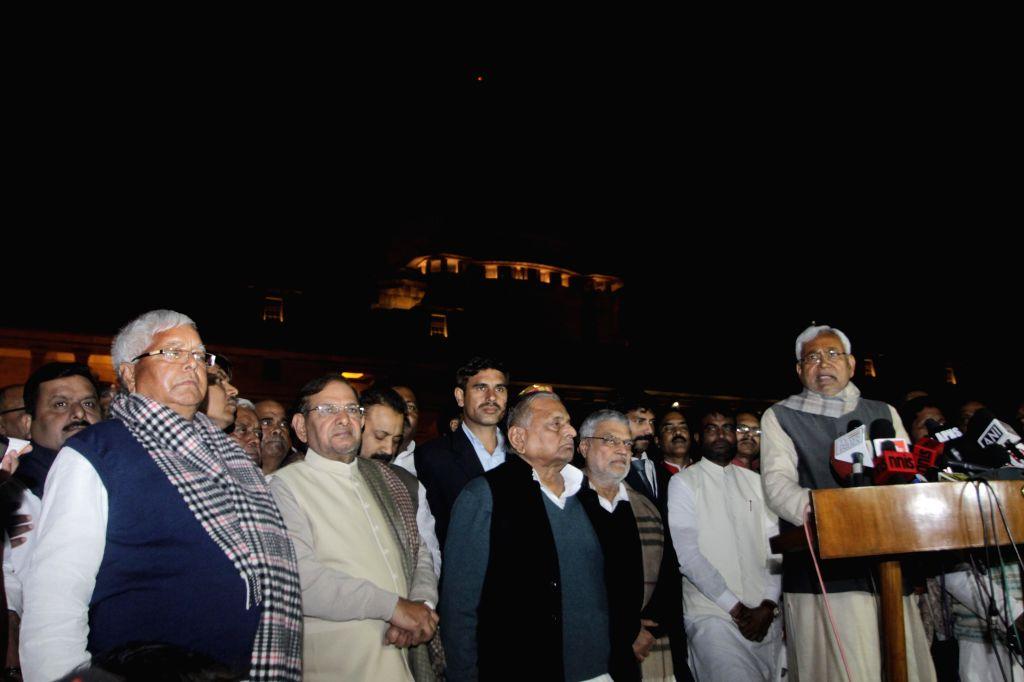 Samajwadi Party chief Mulayam Singh Yadav, JD(U) chief Sharad Yadav, RJD leader Lalu Prasad Yadav, JD(U) leader Nitish Kumar and others address press after meeting President Pranab ... - Mulayam Singh Yadav, Sharad Yadav, Lalu Prasad Yadav, Nitish Kumar and Pranab Mukherjee