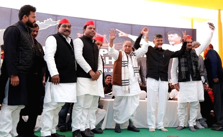 New Delhi: Samajwadi Party patriarch Mulayam Singh Yadav with Andhra Pradesh Chief Minister N. Chandrababu Naidu, who began a 12-hour long fast demanding the Centre to accord special category status and fulfill other commitments made in Andhra Prades - N. Chandrababu Naidu and Mulayam Singh Yadav