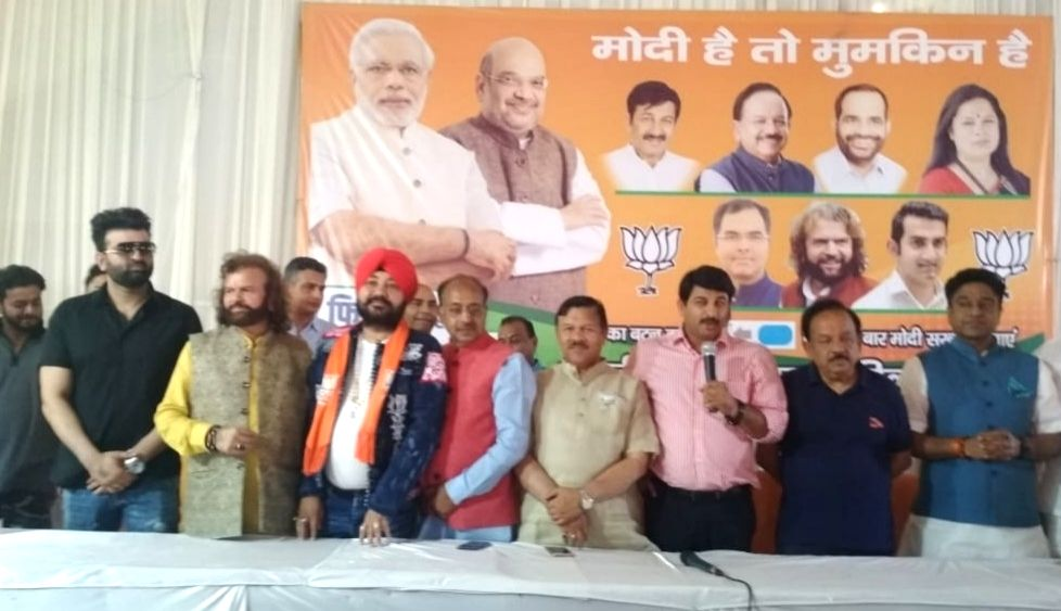 New Delhi: Singer Daler Mehndi joins BJP in the presence of Union Ministers Vijay Goel and Harsh Vardhan and party leaders Manoj Tiwari and Hans Raj Hans in New Delhi, on April 26, 2019. (Photo: IANS) - Vijay Goel and Harsh Vardhan