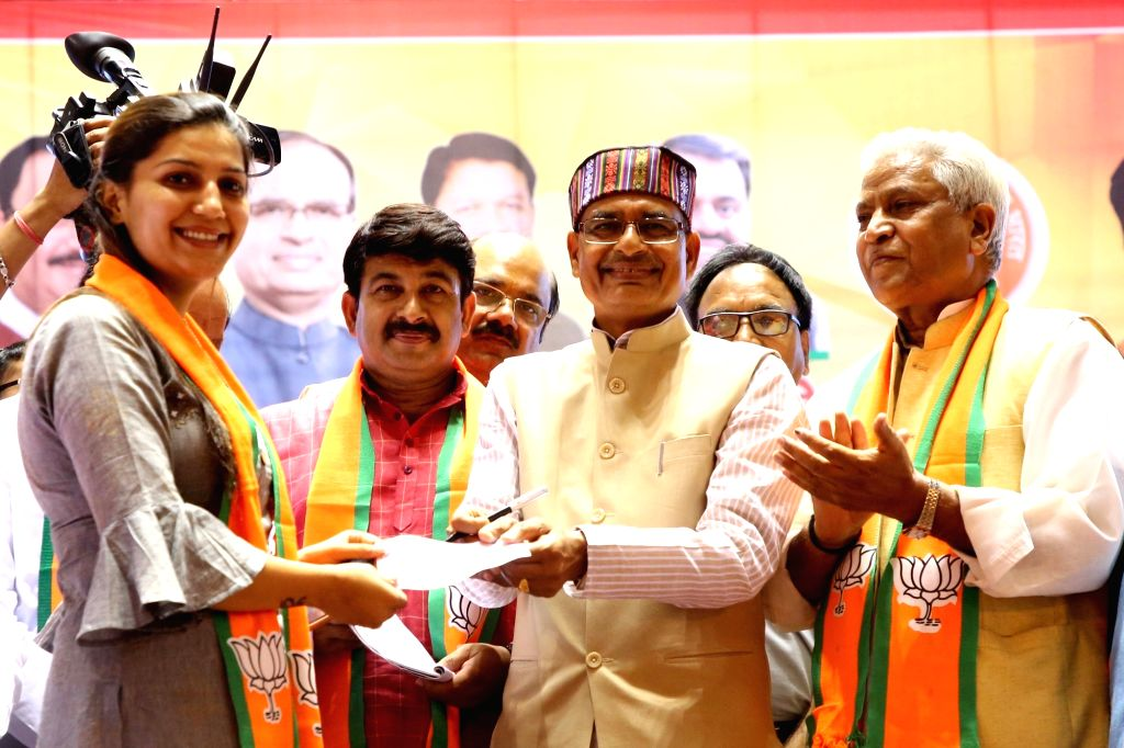 New Delhi: Singer-dancer Sapna Chaudhary joins BJP in the presence of  party Vice President Shivraj Singh Chauhan,  Delhi BJP chief Manoj Tiwari and senior BJP leader Ramlal in New Delhi, on July 7, 2019. (Photo: IANS) - Sapna Chaudhary and Shivraj Singh Chauhan