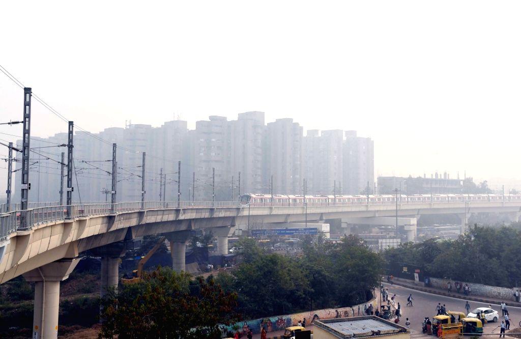 :New Delhi: Smog engulfs Delhi on Oct 29, 2018. (Photo: IANS).