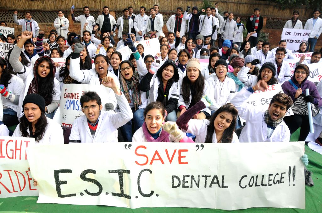Student of ESIC Dental College and Hospital stage a protest at Jantar Mantar in New Delhi on Jan 13, 2015.