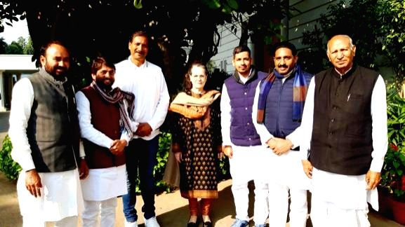 New Delhi: The six rebel Bahujan Samaj Party (BSP) MLAs - Rajendra Singh Gudha, Jogendra Singh Awana, Wajib Ali, Lakhan Singh, Deep Chand and Sandeep Yadav - who supported the Ashok Gehlot government in Rajasthan, took the primary membership of the C - Rajendra Singh Gudha, Jogendra Singh Awana, Lakhan Singh, Sandeep Yadav and Sonia Gandhi