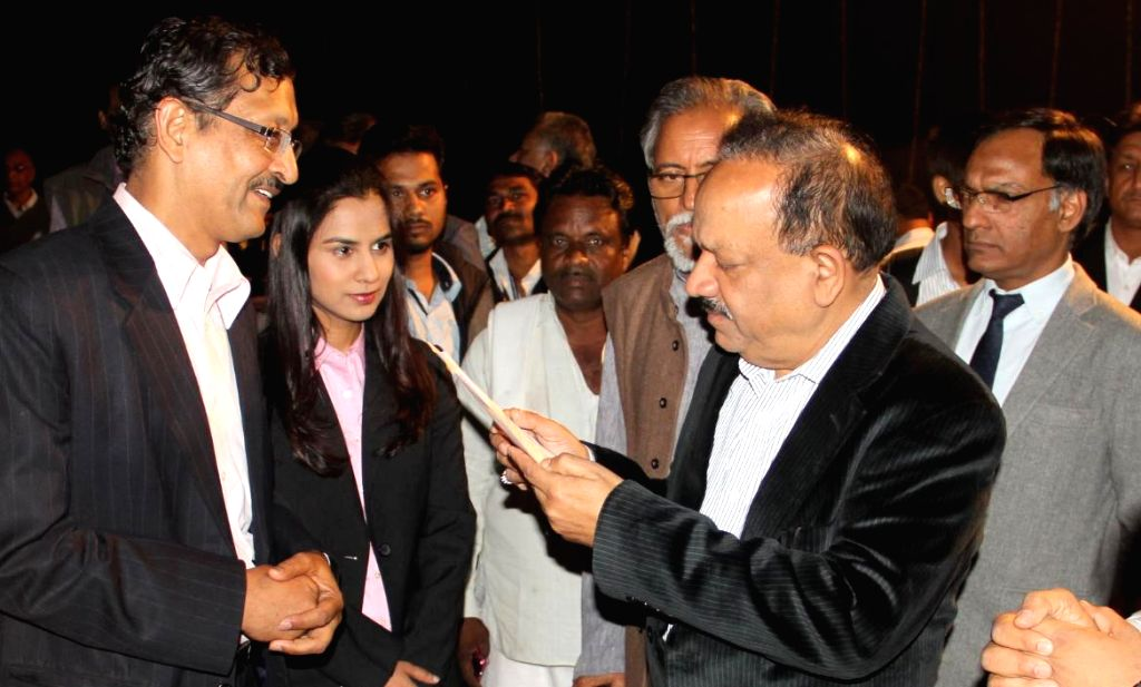 The Union Minister for Science and Technology and Earth Sciences, Dr. Harsh Vardhan interacts with the winners of the 8th National Biennial Awards for Grassroots Innovations and ...