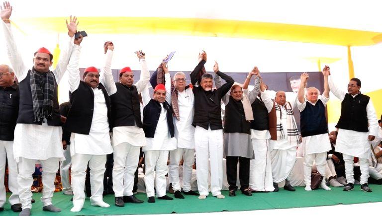 New Delhi: Trinamool Congress MP Derek O'Brien, Samajwadi Party patriarch Mulayam Singh Yadav, Loktantrik Janata Dal (LJD) leader Sharad Yadav and Congress leader Jairam Ramesh with Andhra Pradesh Chief Minister N. Chandrababu Naidu, who began a 12-h - N. Chandrababu Naidu, Mulayam Singh Yadav and Sharad Yadav