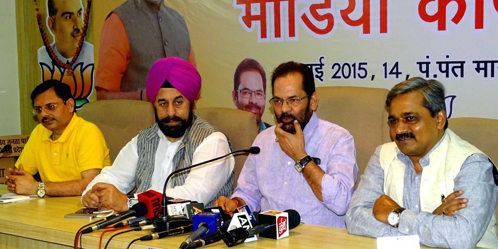 Union Minister of State for Parliamentary Affairs and BJP leader Mukhtar Abbas Naqvi, with Delhi BJP chief Satish Upadhyay and others during a Media Workshop in New Delhi, on May 21, 2115. - Satish Upadhyay