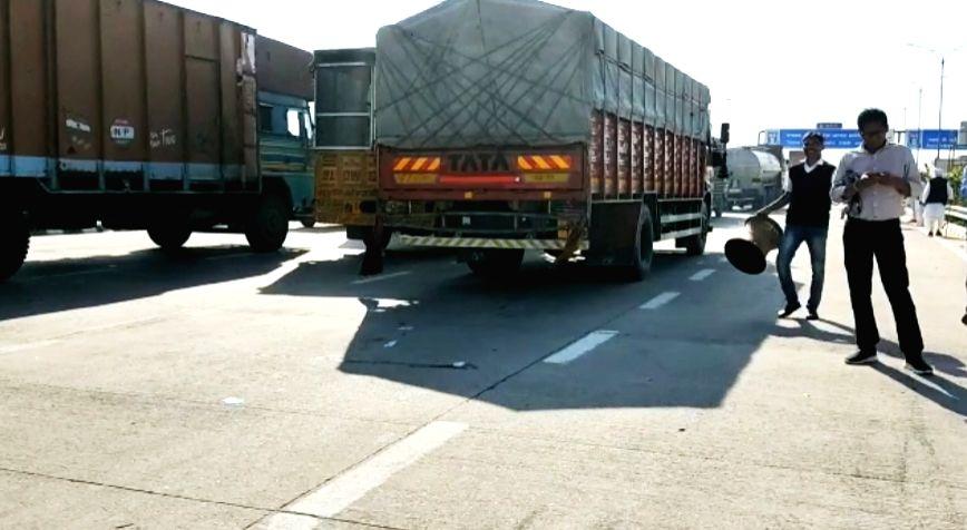 New delhi: Vehicular movement resumes on KMP expressway after farmers end blockade.