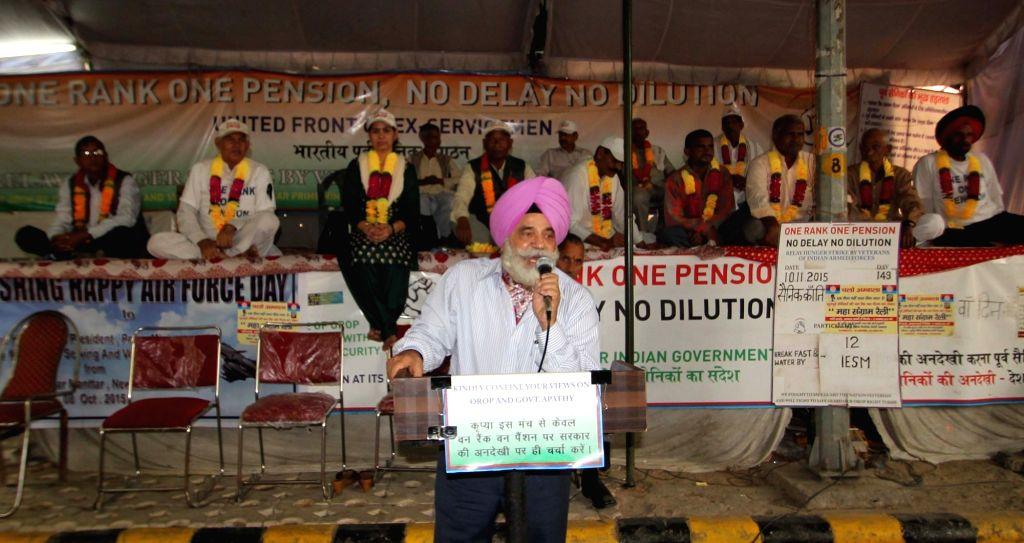 :New Delhi: War veterans continue to demonstrate at Jantar Mantar to press for faster implementation of OROP at Jantar Mantar in New Delhi on Nov 10, 2015. (Photo: IANS).