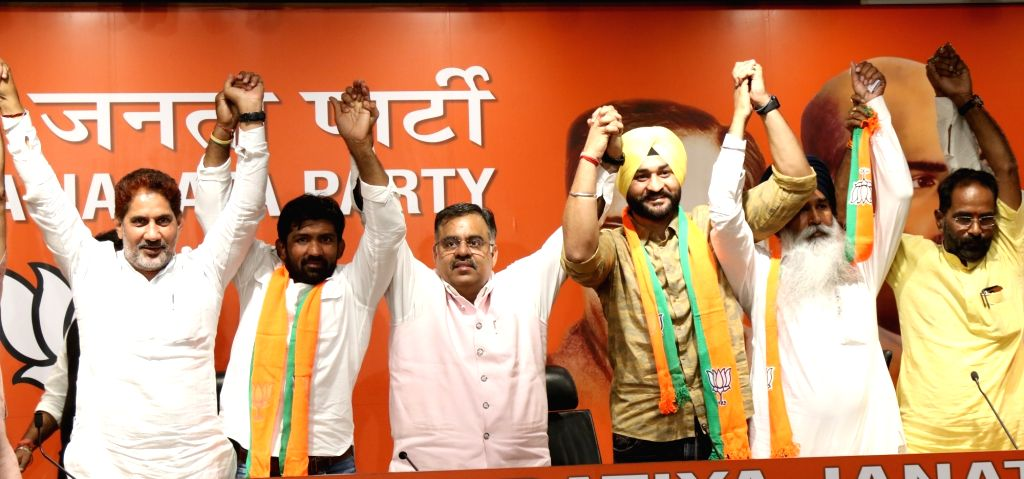 New Delhi: Wrestler Yogeshwar Dutt, Former hockey captain Sandeep Singh and Shiromani Akali Dal (SAD) MLA Balkaur Singh join BJP in the presence of Haryana BJP President Subhash Barala, in New Delhi on Sep 26, 2019. (Photo: IANS) - Sandeep Singh, Yogeshwar Dutt and Balkaur Singh