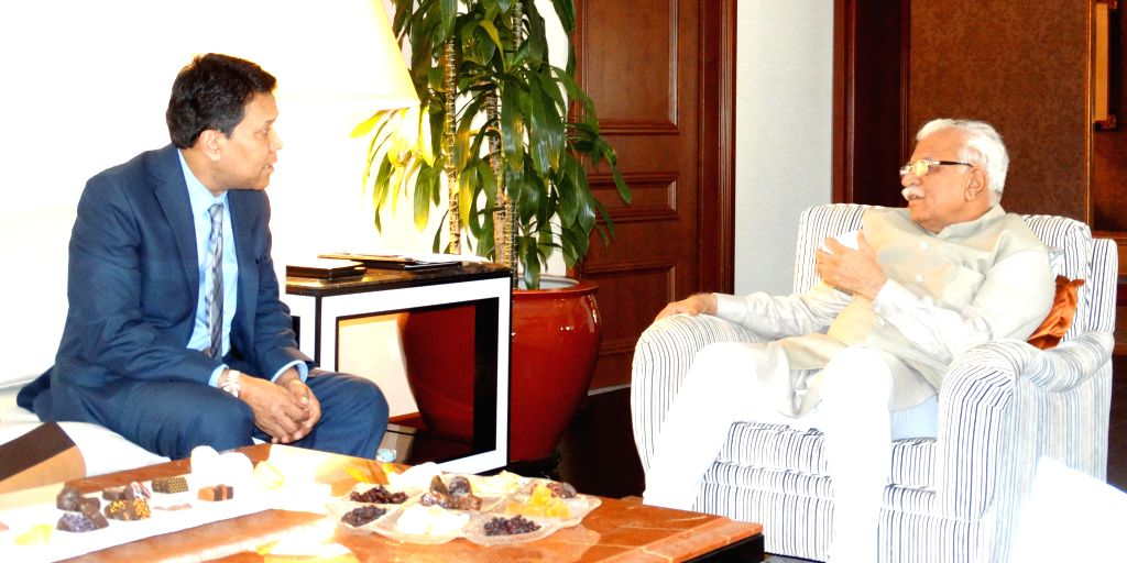 New York: Haryana Chief Minister Manohar Lal Khattar interacts with a an investor in New York, on Aug 18, 2015.