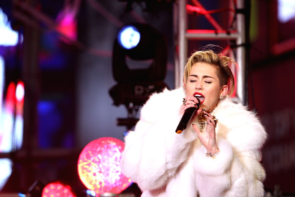 NEW YORK, Jan. 1, 2014 (Xinhua/IANS) -- Singer Miley Cyrus performs during the celebration for the new year at Time Square in New York, the United States, Dec. 31, 2013. (Xinhua/Cheng Li) (srb)