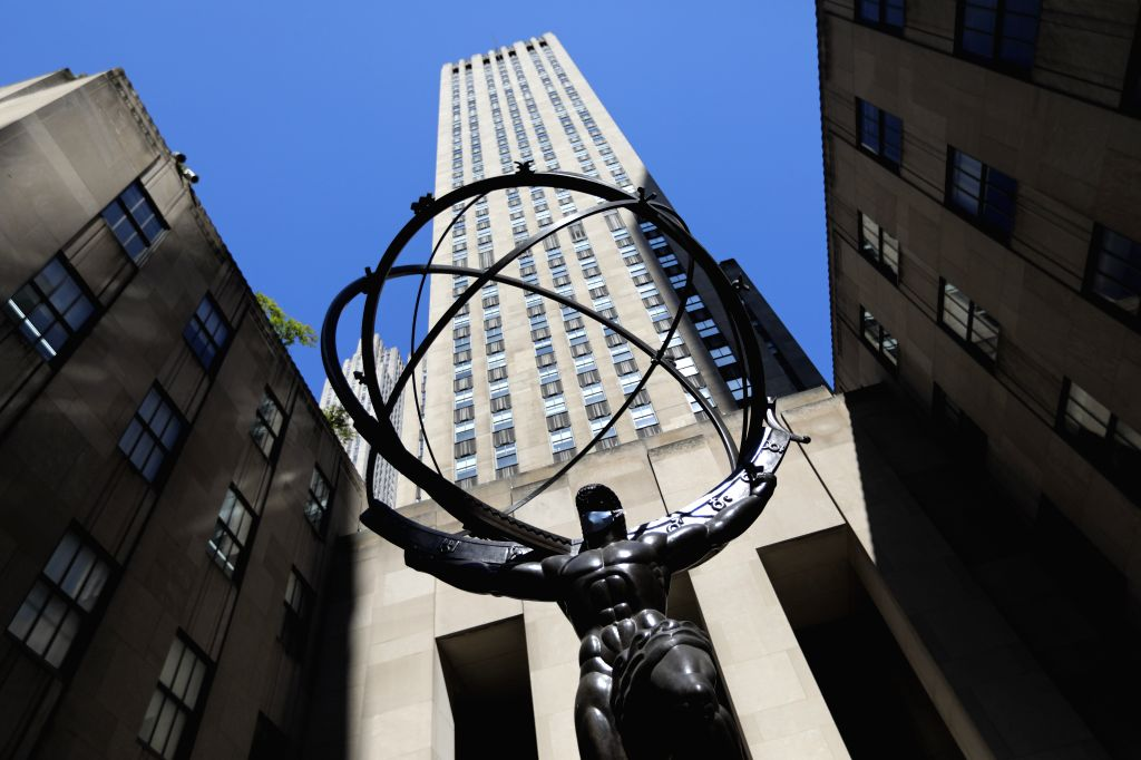 NEW YORK, June 22, 2020 (Xinhua) -- The Atlas statue is seen adorned with a face mask at Rockefeller Center in New York, the United States, on June 22, 2020. U.S. COVID-19 deaths surpassed 120,000 on Monday with nearly 2.3 million infections, while n