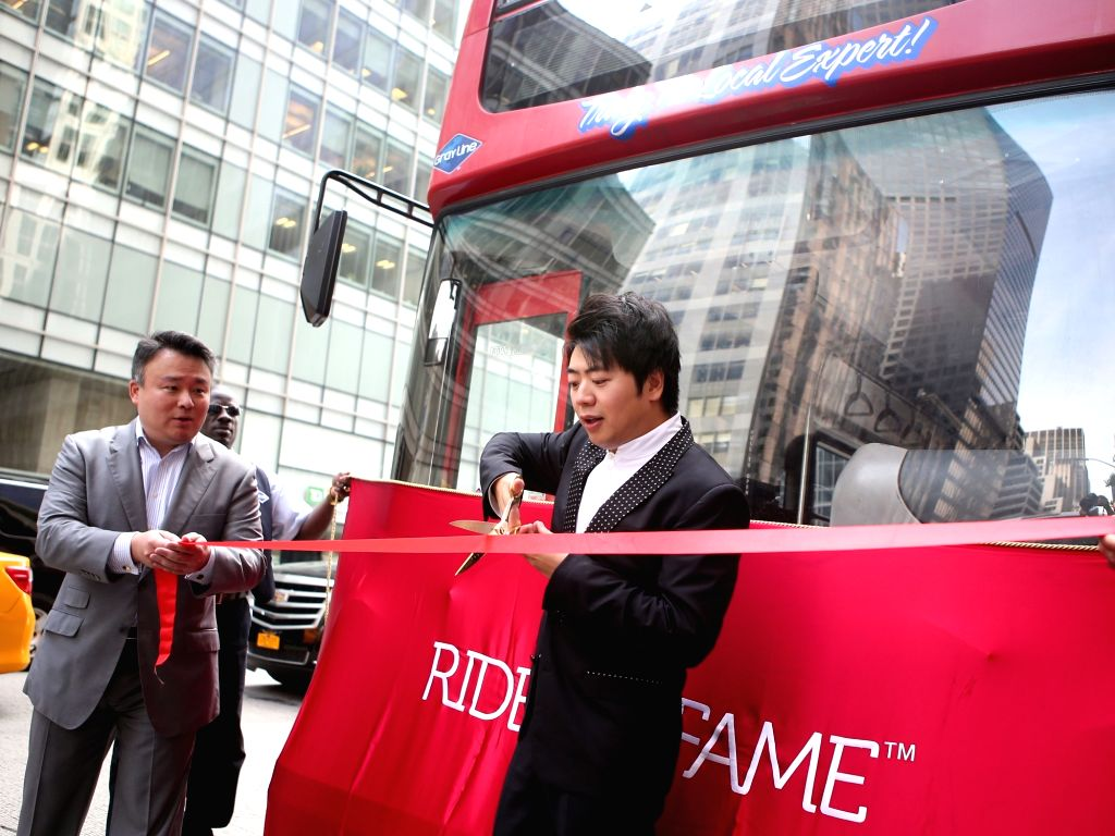 NEW YORK, Sept. 20, 2016 - Chinese pianist Lang Lang(R) cuts the ribbon during the Ride of Fame induction ceremony in New York, the United States, on Sept. 20, 2016. Famed Chinese Pianist Lang Lang ...