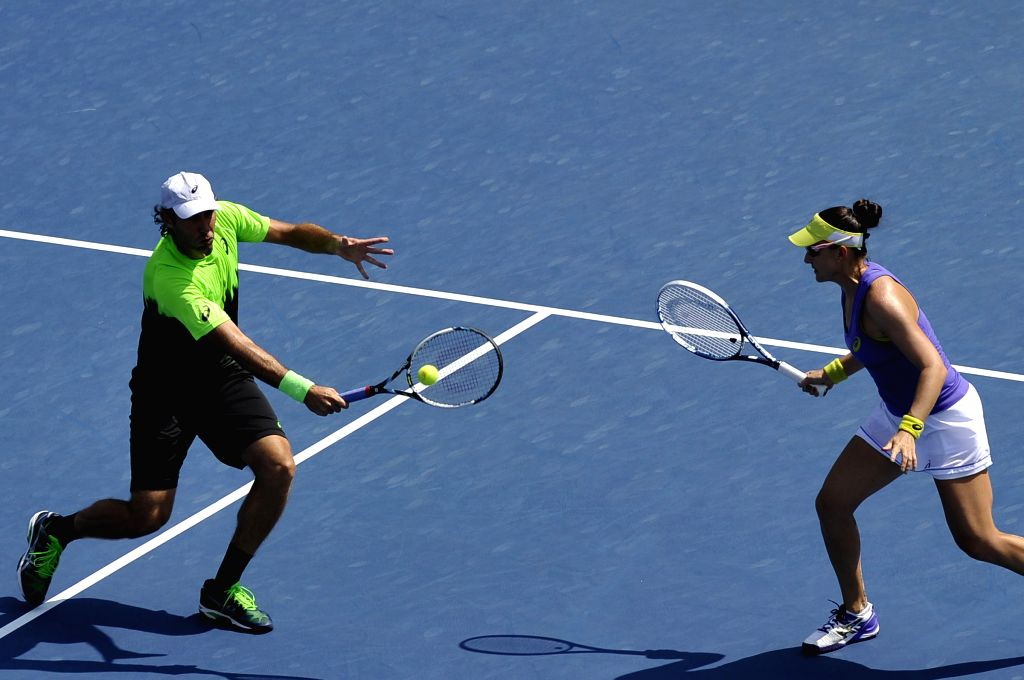 Abigail Spears of the United States and Santiago Gonzalez (L) of Mexico compete during their Mixed Doubles Final match against Sania Mirza of India and Bruo Soares - Sania Mirza