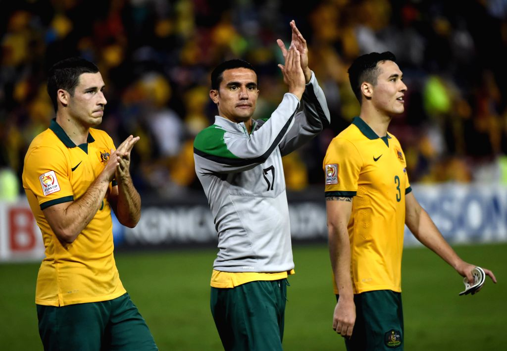 Tim Cahill (C) of Australia greets the fans with his teammates after winning the semifinal match against United Arab Emirates at the 2015 AFC Asian Cup in ...