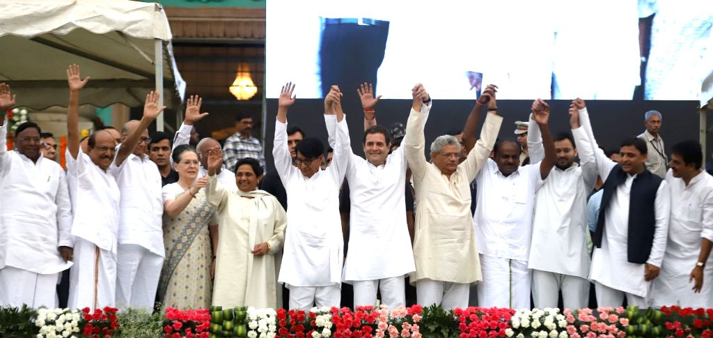 Newly sworn-in Karnataka Chief Minister H.D. Kumaraswamy with Puducherry Chief Minister V. Narayanasamy, Congress leaders Sharad Pawar, Sonia Gandhi and Rahul Gandhi, BSP chief Mayawati, ... - H., Sitaram Yechury, Sonia Gandhi, Rahul Gandhi, Ajit Singh, Tajashwi Yadav and Akhilesh Yadav