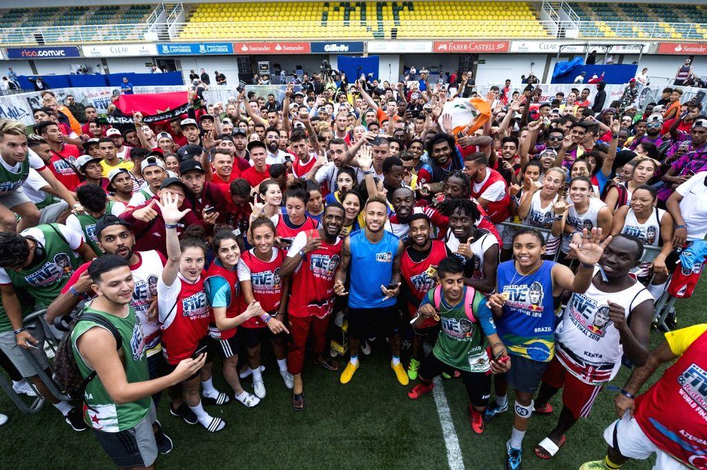Neymar Jr posing with participants of Neymar Jr's Five 2018 World Finals.
