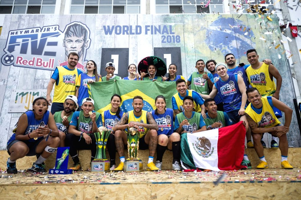Neymar Jr. with Brazil and Mexico champions at Neymar Jr's Five World Final 2018.