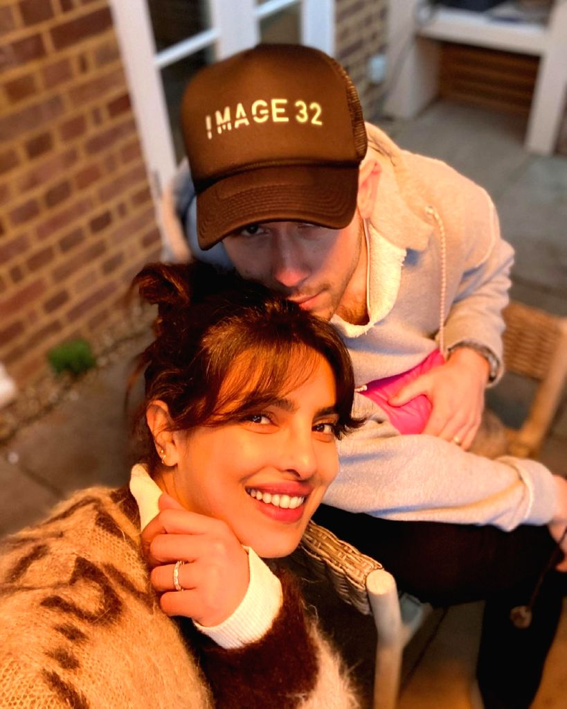 Nick Jonas posts adorable selfie with wife Priyanka.(photo:instagram)