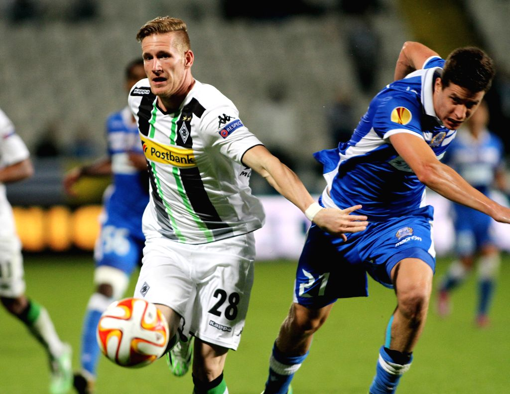 Andre Hahn (L) of Monchengladbach Lucien Favre vies for the ball during the UEFA Europa League soccer match against Apollon at GSP Stadium in?Nicosia, Cyprus, Nov. 6, 2014. Monchengladbach ..