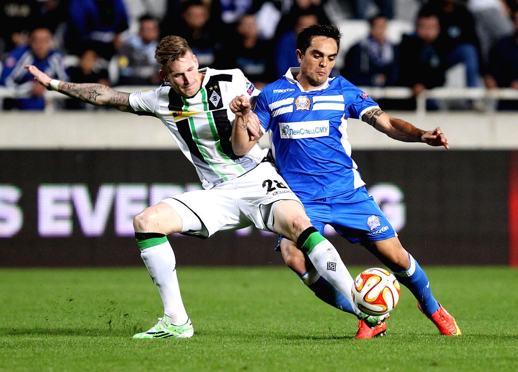 Andre Hahn (L) of Monchengladbach vies for the ball during the UEFA Europa League soccer match against Apollon at GSP Stadium in?Nicosia, Cyprus, Nov. 6, 2014. Monchengladbach won ...