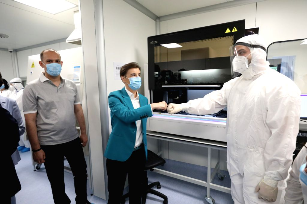 Nis (Serbia), July 30, 2020 Serbian Prime Minister Ana Brnabic (C) touches fists with a lab technician at a new Fire Eye laboratory in Nis, southeastern Serbia, on July 30, 2020. The new ... - Ana Brnabic
