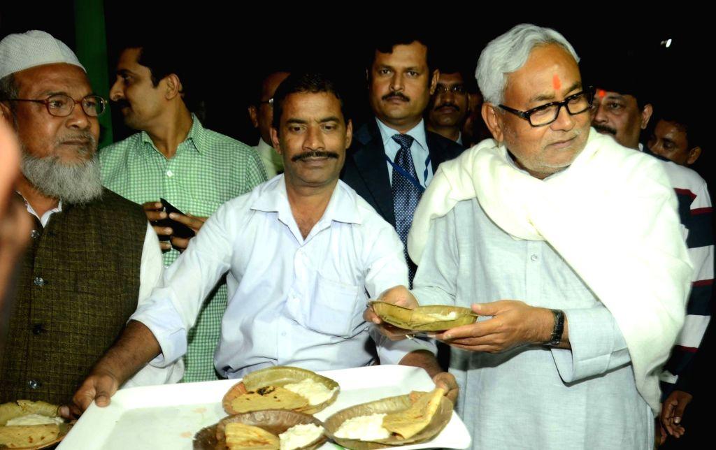 Nitish Kumar distributes Chhath prasad in Patna, on Nov 16, 2015.