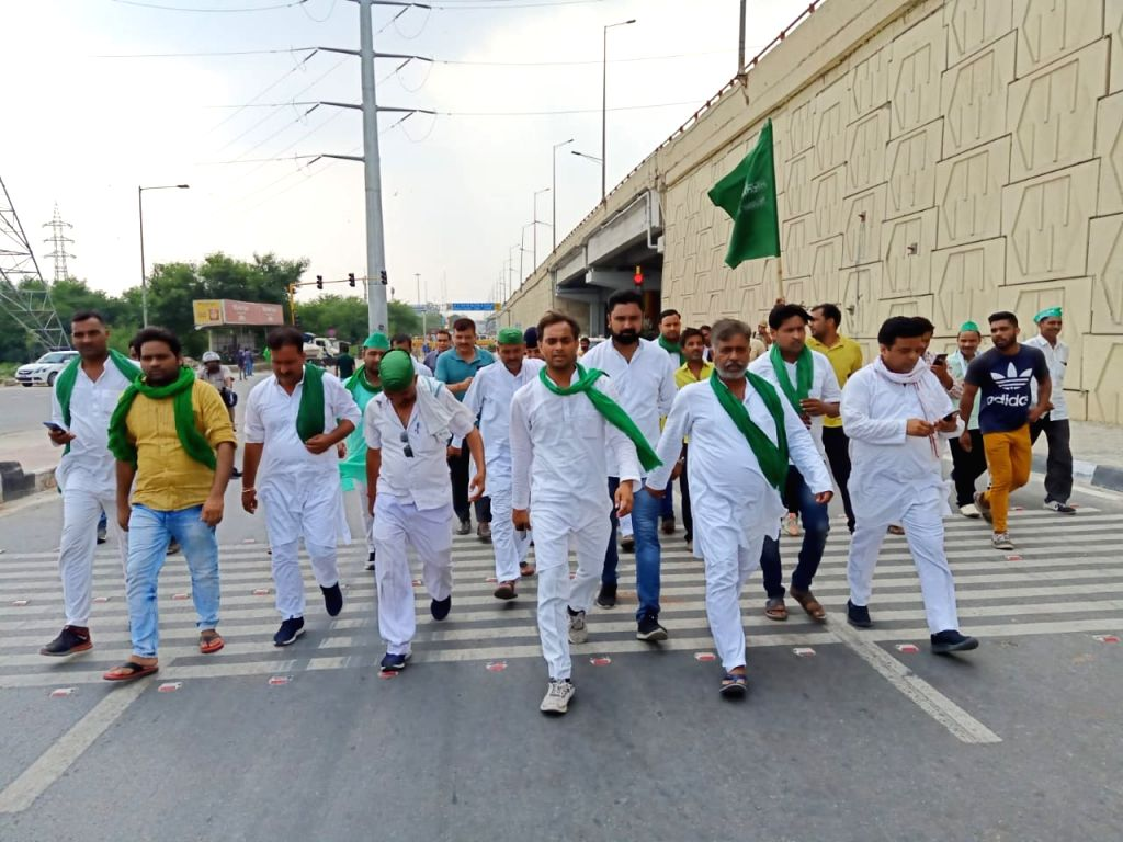 "Noida: Farmers participating in ""Kisan Mazdoor Adhikar Yatra"" reach Delhi-Noida border on Sep 21, 2019. (Photo: IANS)"