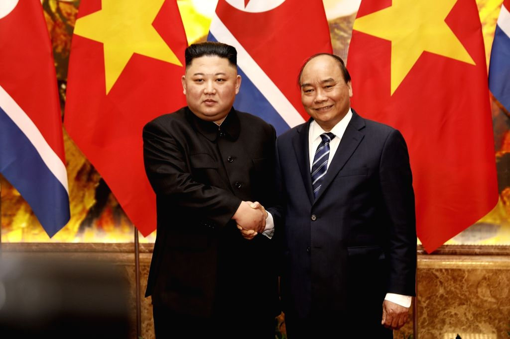 North Korean leader Kim Jong-un (L) poses for a photo with Vietnamese Prime Minister Nguyen Xuan Phuc prior to their talks at the government building in Hanoi on March 1, 2019, one day after ... - Nguyen Xuan Phuc