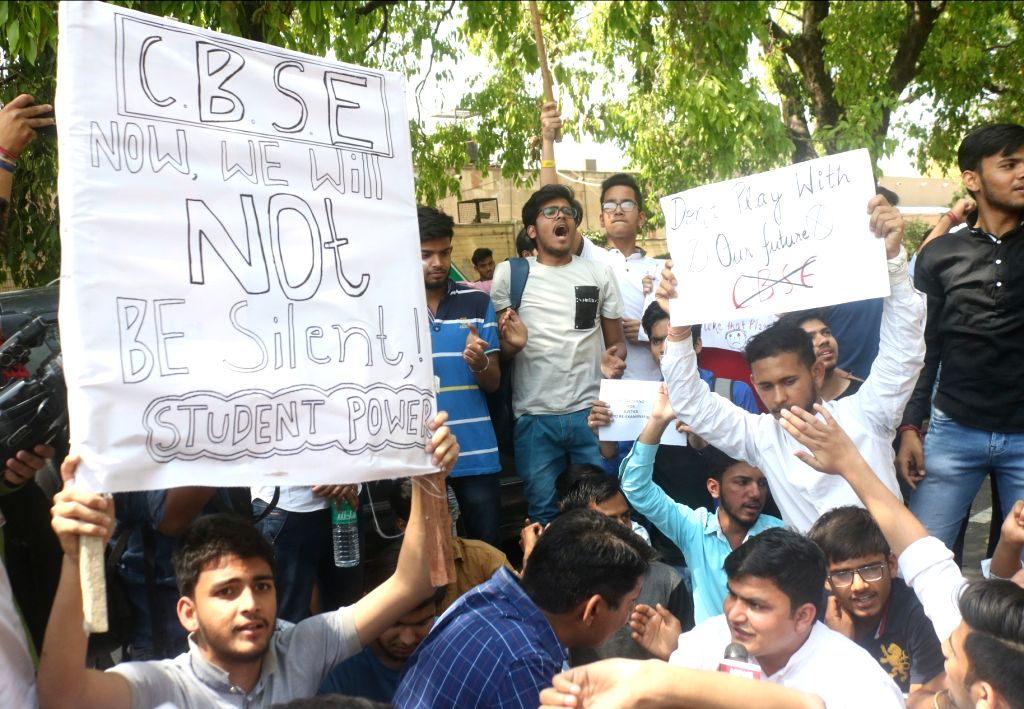 NSUI activists and students of CBSE affiliated schools stage a demonstration near Union HRD Minister Prakash Javadekar's residence in New Delhi, on March 30, 2018. - Prakash Javadeka
