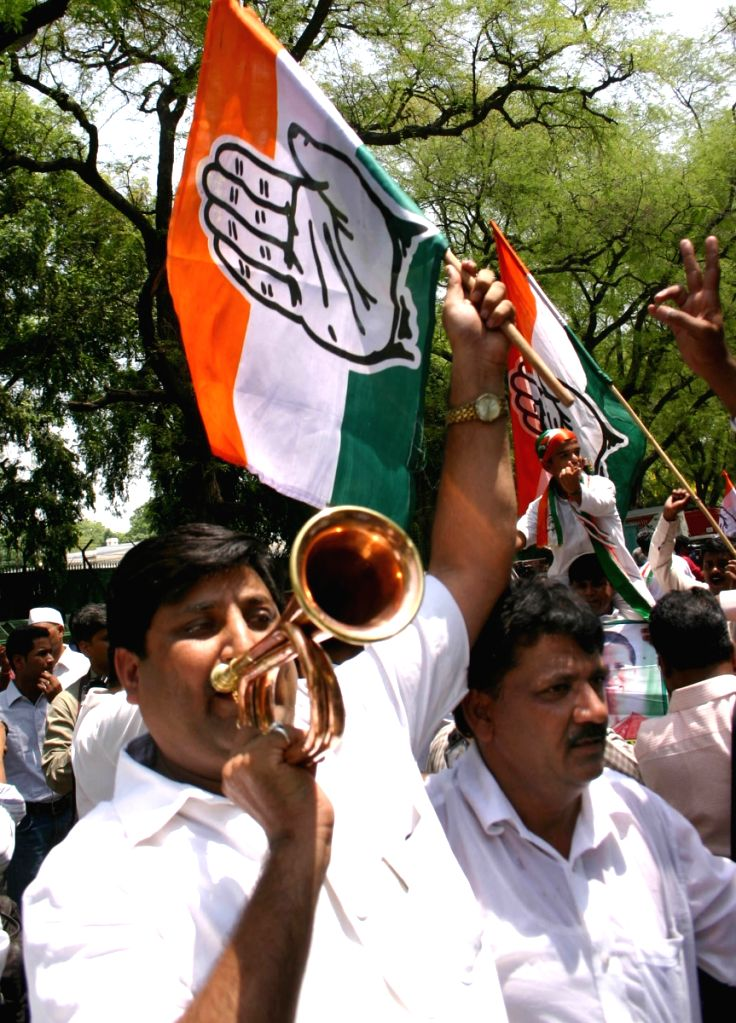NSUI workers at Sonia Gandhi's residence after winnig Loksabha election 2009 by UPA, in New Delhi on Saturday.