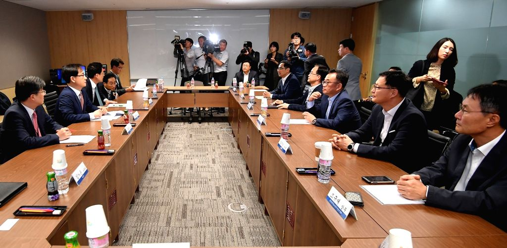 Officials from the trade ministry and washing machines makers hold a meeting to discuss ways to counter the latest U.S. safeguard action at the Korea Chamber of Commerce in Seoul on Oct. 11, ...