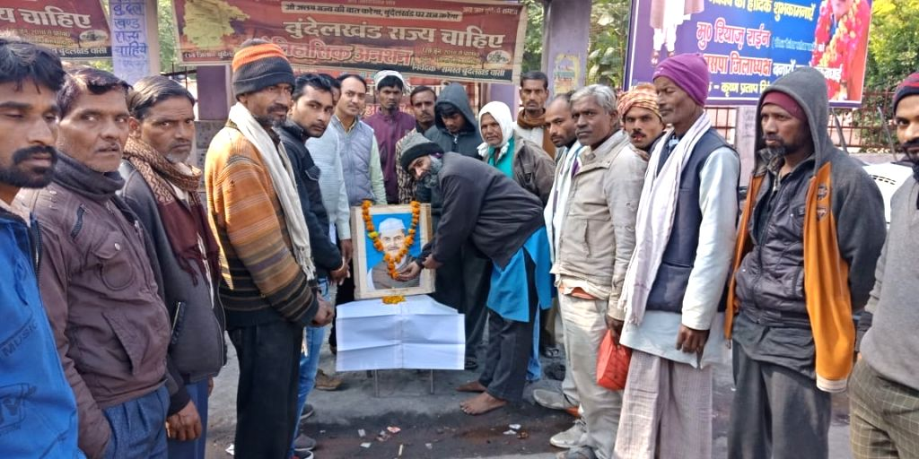 On Saturday, the workers of the Bundeli Samaj, who were on a hunger strike for the last 563 days demanding separate state for Bundelkhand, paid tributes to Lal Bahadur Shastri at Alha Chowk District ...