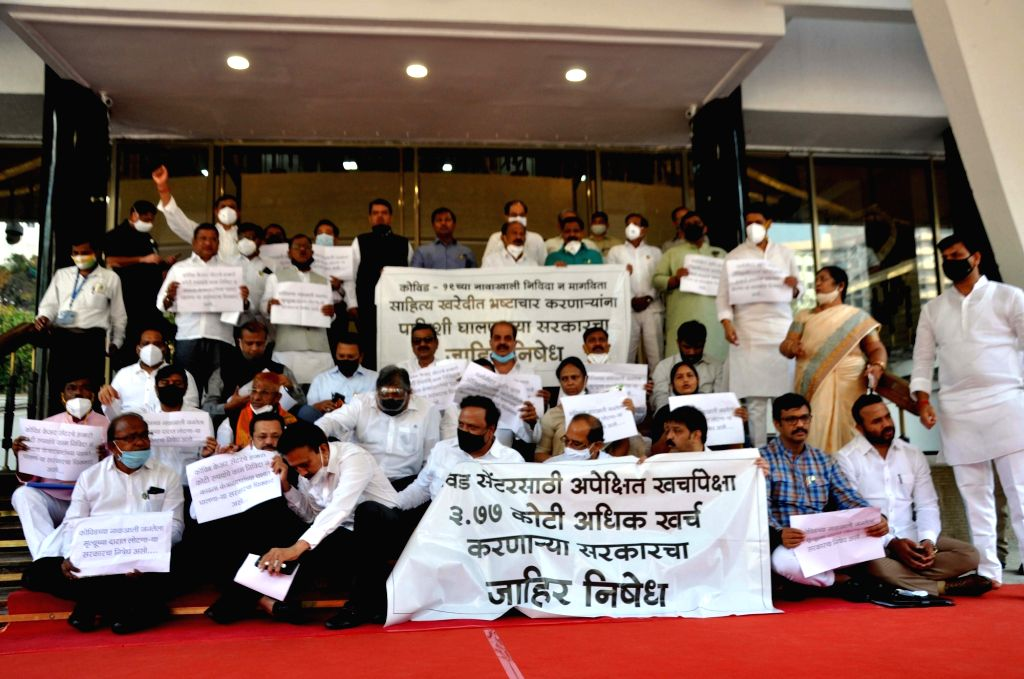 Opposition Party Protested on the steps of Vidhan Bhavan on the day of the Budget session before the arrival of Chief Minister Uddhav Thackeray, Environment Minister Aditya Thackeray, ... - Uddhav Thackeray, Gulabrao Patil and Girish Mahajan