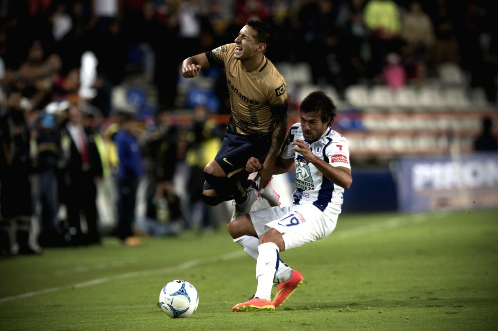 Pachuca's Dario Cvitanich (R) vies with Pumas de la UNAM's Ismael Sosa during their match on day 5 of the Opening Tournament 2015 of the MX League in the Hidalgo ...