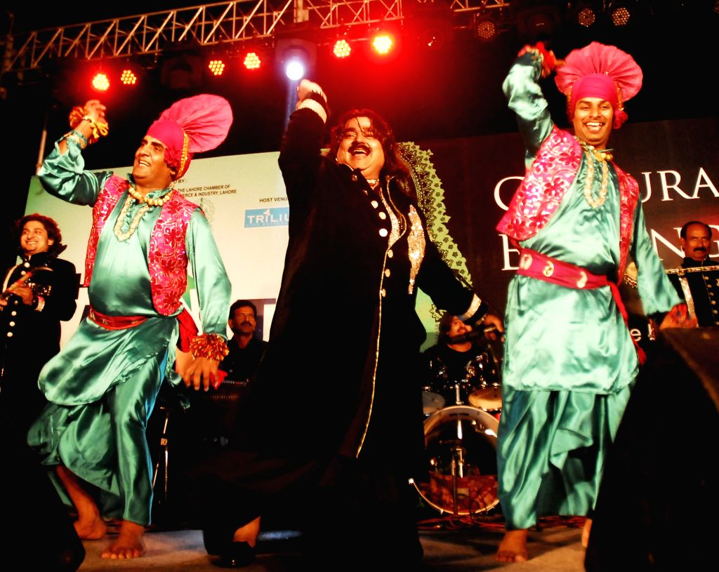 Pakistani Punjabi folk singer Arif Lohar performs during 'Pakistani Show' in Amritsar on May 10, 2014.