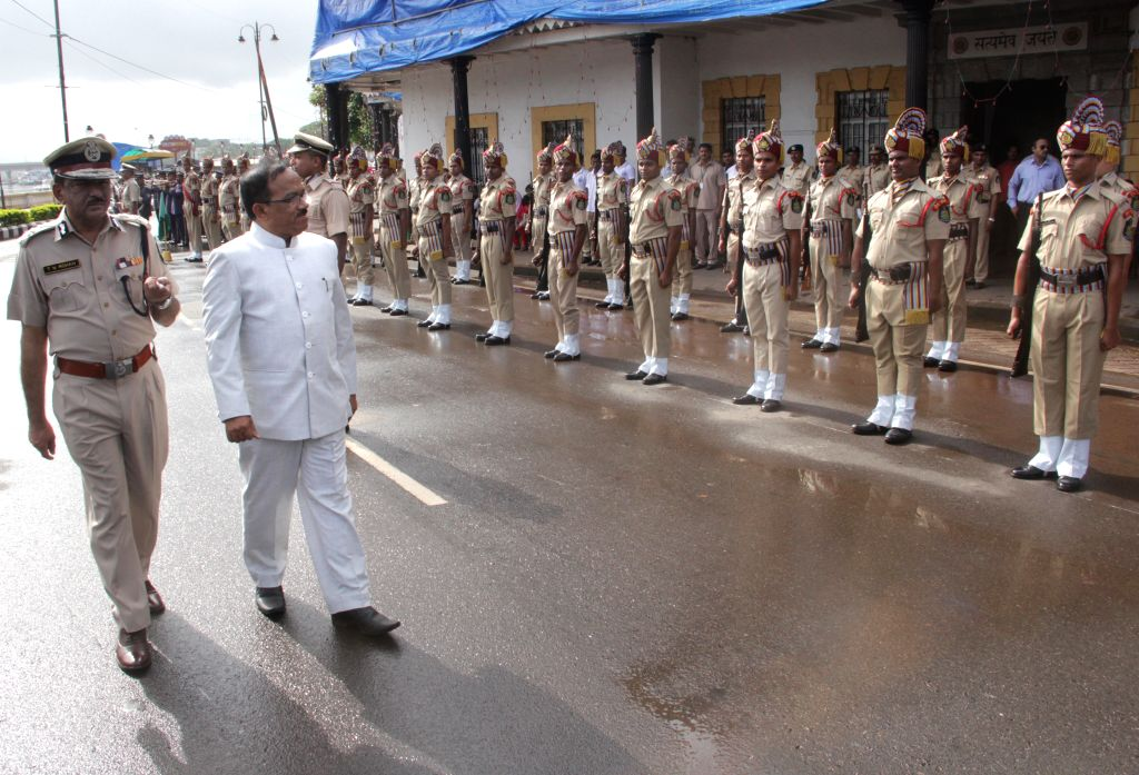 Panaji: Goa Chief Minister Laxmikant Parsekar inspects the Guard of Honor by Goa Police on the occasion of 69th ``Independence Day`` celebration in Panaji, on Aug 15, 2015. - Laxmikant Parsekar