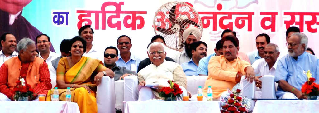 Haryana Chief Minister Manohar Lal Khattar and others during a public meeting at Kalka in Haryana's Panchkula on April 9, 2015. - Manohar Lal Khattar