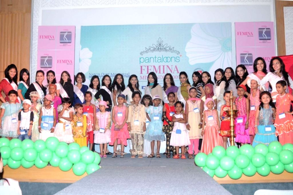"Pantaloons Femina Miss India 2009 finalists launch the National ""Femina White Ribbon Initiative"" Campaign."