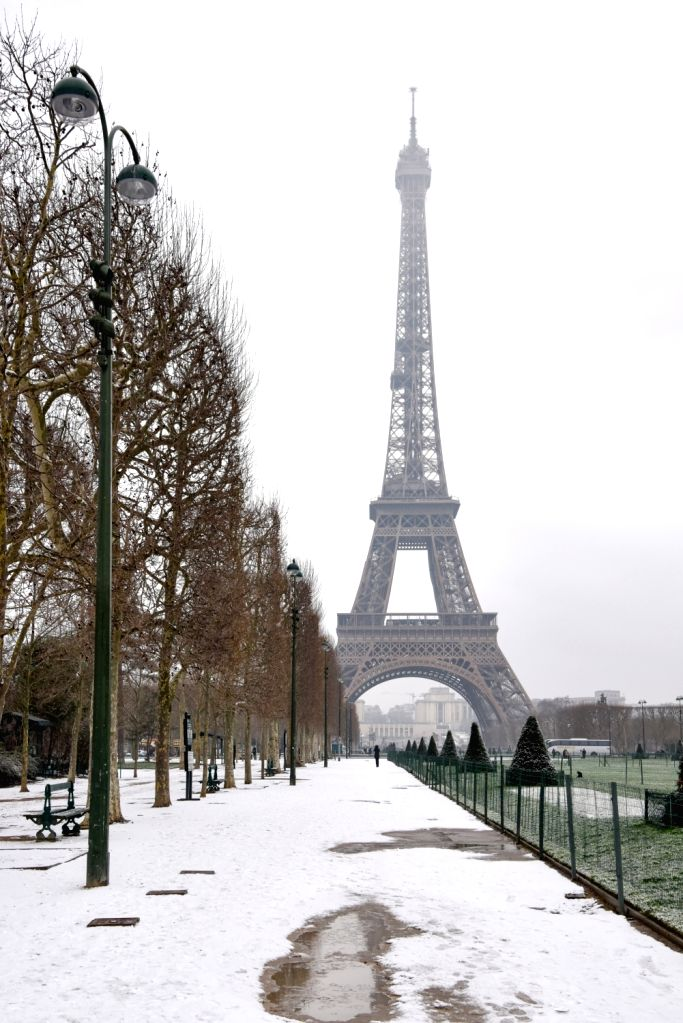 PARIS, Feb. 5, 2018 - Photo taken on Feb. 5, 2018 shows the Eiffel Tower in Paris, France. French national weather agency Meteo France announced snow and ice orange alert on Monday.