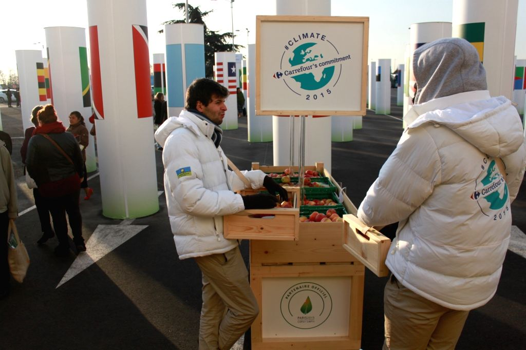 Paris (France): Free Apples at CoP21: Apparently Carrefour believes an apple a day keeps the warming at bay.