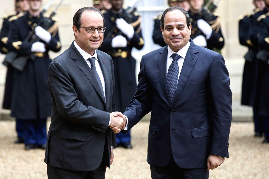 Paris (France): French President Francois Hollande (L) shakes hands with visiting Egyptian President Abdel-Fattah el-Sissi at the Elysee Palace in Paris, France, Nov. 26, 2014.